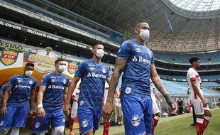 Les joueurs de Gremio ont porté un masque à leur entrée sur le terrain le 15 mars  2020 pour protester contre la tenue d'un match du championnat brésilien malgré l'épidémie.