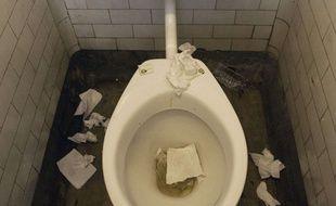 Des toilettes sales.