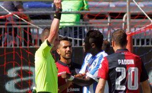 Muntari a pris un carton jaune pour s'être plaint des chants racistes auprès de l'arbitre du match Cagliari-Pescara