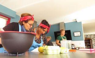Hadjila et Somia planchent sur la recette du dessert, aux P'tites cantines, un nouvel espace de restauration participatif, à Croix.