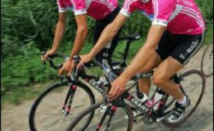 L'Allemand Jan Ullrich a été exclu vendredi de l'équipe T-Mobile qui participe au Tour de France cycliste, à la veille du prologue de Strasbourg, suite à l'affaire de dopage en Espagne.