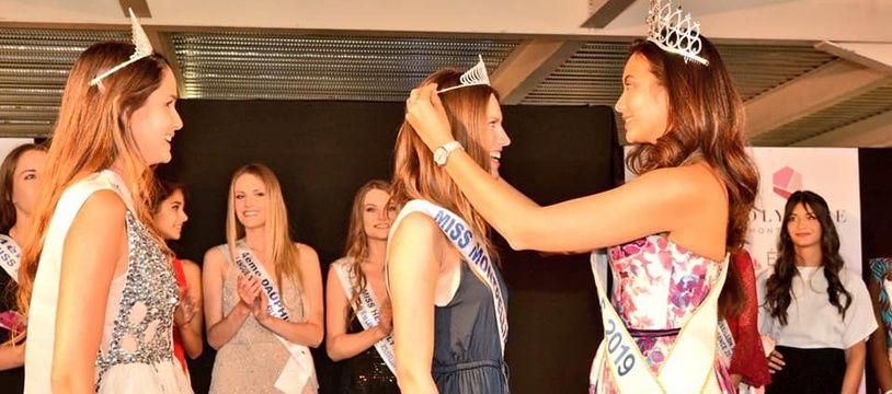 Vaimalama Chaves, miss France 2019, remet la couronne de Miss Montpellier à Alice Devouassoux.