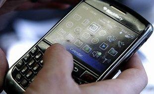 Une personne utilise un smartphone.
