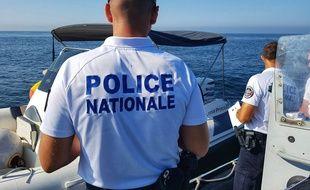 Un policier lors d'une opération de contrôle d'un bateau