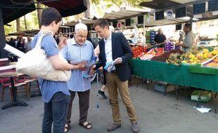 Pierre-Yves Bournazel (LR) tracte sur un marché de la 18e circonscription.