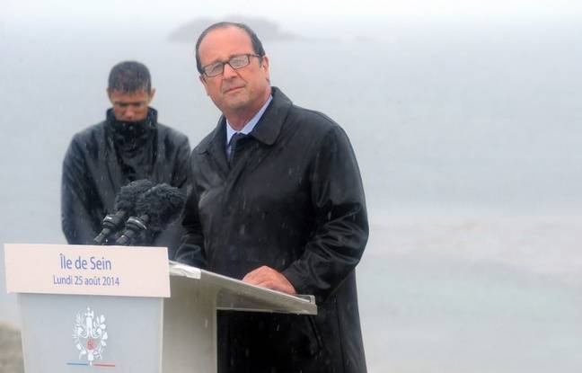François Hollande sous la pluie, le 25 août 2014 sur l'île de Sein.