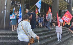 Les Atsem devant le bâtiment administratif de la ville où se tient le Conseil municipal. Le 24 juin 2019.