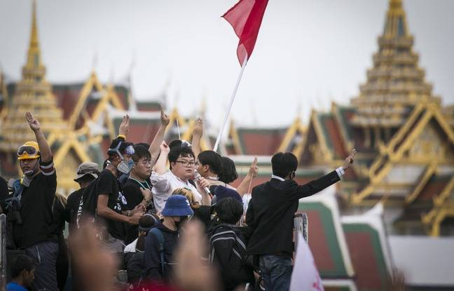 Parit Chiwarak (chemise blanche), l'une des figures de la contestation en Thaïlande, à Bangkok le 20 septembre 2020.