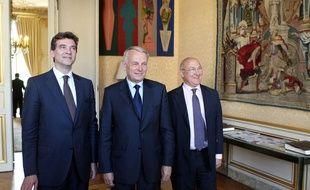 Le Premier ministre Jean-Marc Ayrault entouré du ministre du Redressement productif Arnaud Montebourg et du ministre du Travail Michel Sapin, le 29 mai 2012 à Paris