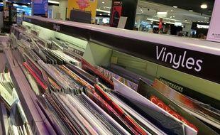 Un rayon de disques vinyles à la Fnac Etoile.