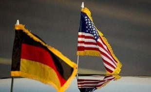 Photo d'archive montrant les drapeaux allemand et américain sur la voiture officielle du président américain Barack Obama lors de son arrivée à l'aéroport de Berlin le 18 juin 2013