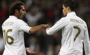 Cristiano Ronaldo réconforté par Hamit Altintop lors de Real Madrid - Grenade, le 7 janvier 2012 à Madrid.