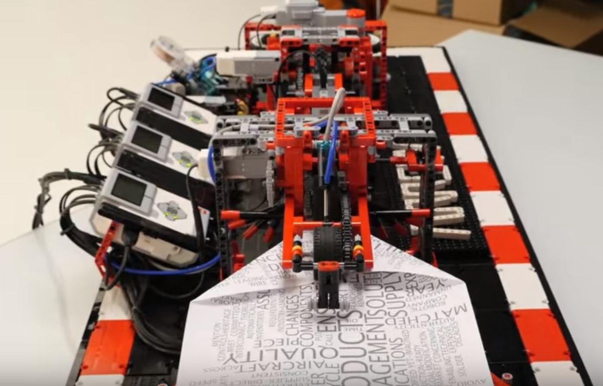 Arthur Sacek a conçu une machine en Lego qui fabrique des avions en papier. – Capture d'écran / YouTube