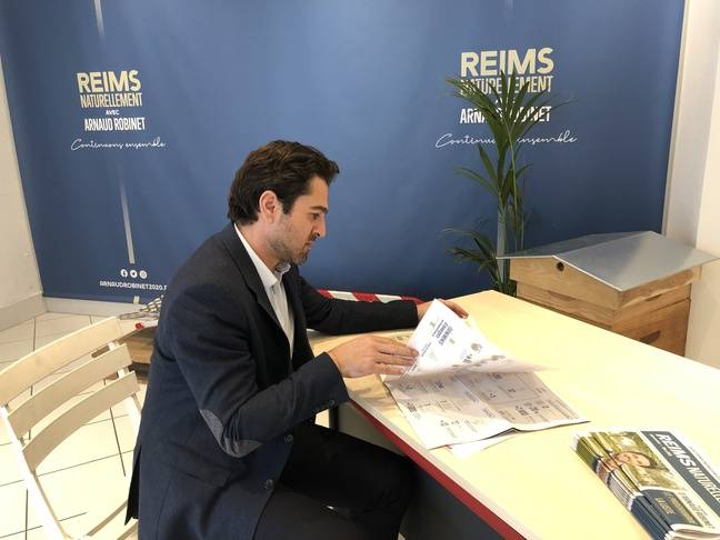 Arnaud Robinet dans sa permanence de candidat municipal, à Reims, le 11 mars 2020