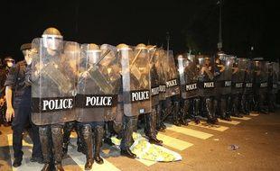 Démonstration de force de la police à Bangkok durant des manifestations, le 14 octobre 2020.