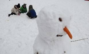 Des écoliers jouant dans la neige (Illustration)