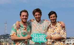 Mathieu, Rodolphe et Ivan sur un toît de San Francisco avec leur panneau Share, récupéré au Ouishare Fest 2014.