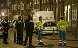 Des policiers néerlandais montent la garde près de l'endroit où Anis Bahri, Français de 32 ans a été arrêté à la demande des autorités françaises à Rotterdam le 27 mars 2016