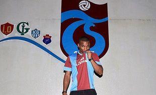 Le joueur de Trabzonspor Florent Malouda pose sous ses nouvelles couleurs, le 16 juillet 2013.