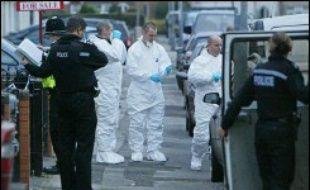 Neuf hommes soupçonnés d'avoir voulu exécuter un soldat musulman restaient en garde à vue jeudi, alors que la police de Birmingham a lancé une vaste opération pour tenter de calmer la colère de nombreux musulmans de cette ville du centre de l'Angleterre.
