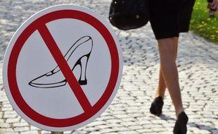 Une femme en talons hauts passe devant un panneau signalétique les interdisant à Ingelheim, Allemagne, le 20 avril 2010.