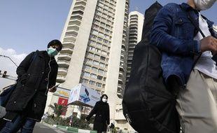 Des piétons portent des masques dans les rues de Téhéran, en Iran, le 1er mars 2020.