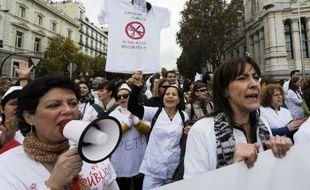 """Contre les privatisations et les coupes budgétaires, une """"marée blanche"""" de dizaines de milliers de médecins, infirmières et personnels des hôpitaux a envahi dimanche les rues de Madrid, aux cris de """"santé publique"""", """"la santé est un droit, nous allons lutter""""."""