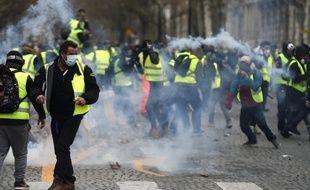 Des heurts ont éclaté sur les Champs-Elysées lors de la manifestation des «gilets jaunes» le 1er décembre