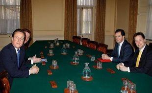 """Le Premier ministre conservateur David Cameron et son ministre des Finances répondraient ainsi à une demande pressante des milieux d'affaires, quitte à conforter leur image d'""""amis des riches"""". En baissant l'impôt, ils estiment encourager l'esprit d'entreprise, et donc la croissance, tout en ouvrant les bras aux investisseurs étrangers."""