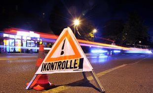 Un panneau sur la route annonce les contrôles efectués par la police allemande à la frontière austro-allemande, près de Lindau, le 13 septembre 2015.
