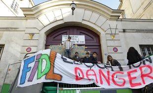 Des élèves du lycée Charlemagne à Paris bloquent l'entrée pour réclamer  l'arrêt des expulsions des élèves scolarisés le 17 octobre 2013.