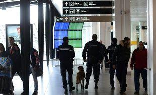 """L'aéroport Saint-Exupéry de Lyon. Les actionnaires locaux de l'aéroport de Lyon se sont dit lundi """"surpris"""" et """"en colère"""" d'apprendre que l'Etat avait retenu deux candidats"""