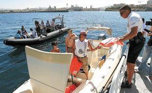 À chaque contrôle de bateau, les policiers vérifient les papiers et l'équipement obligatoire.