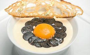 """"""" Le beaufort et la vieille tome de Savoie, comme une fondue, avec ses lamelles de truffe et son jaune d'œuf tiédi. """""""