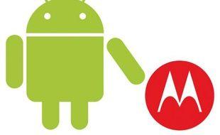 Les logos du système Android de Google et de Motorola.