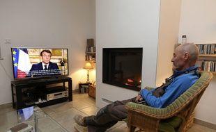 Un téléspectateur français devant l'allocution d'Emmanuel Macron ce lundi 16 mars.