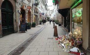 La rue des Orfèvres a connu jusqu'à trois lieux de commémorations après l'attentat de Strasbourg, mais il n'en reste plus qu'un un mois plus tard, là où sont décédés l'Italien Antonio Megalizzi et le Polonais Barto Pedro Orent-Niedzielski.