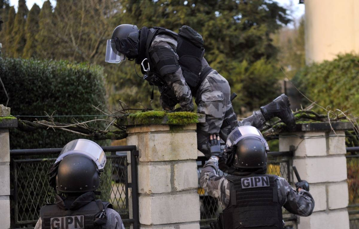 TOPSHOTS Members of the French police special force GIPN carry out searches in Corcy, northern France, on January 8, 2015 as part of an investigation into a deadly attack the day before by armed gunmen on the Paris offices of French satirical weekly Charlie Hebdo. A huge manhunt for two brothers suspected of massacring 12 people in an Islamist attack at a satirical French weekly zeroed in on a northern town on January 8 after the discovery of one of the getaway cars. As thousands of police tightened their net, the country marked a rare national day of mourning for January 7's bloodbath at Charlie Hebdo magazine in Paris, the worst terrorist attack in France for half a century. AFP PHOTO / FRANCOIS LO PRESTI – FRANCOIS LO PRESTI/AFP