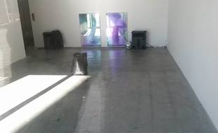 Après le passage des femmes de ménage du musée, il ne reste plus rien de l'installation d'art contemporain, qui mettait en scène les restes d'une fête.