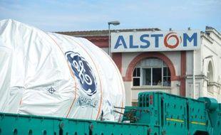Une turbine produite par General Electric rejoint le site Alstom de Belfort, le 29 juin 2015