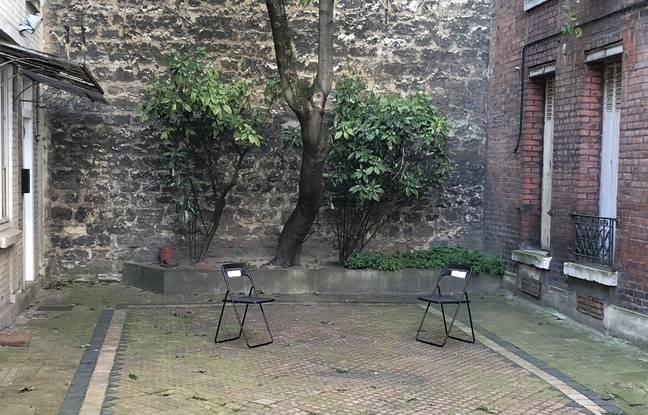 Issy-les-Moulineaux, le 31 mars. Deux chaises ont été placées à distance sanitaire dans la cour d'un immeuble pendant le confinement.