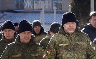 Des soldats russes membres d'un groupe trilatéral d'observateurs, à Soledar, dans la région de Donestk, le 17 février 2015