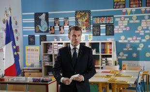 Emmanuel Macron dans la salle de classe de Berd'huis, le 12 avril 2018.