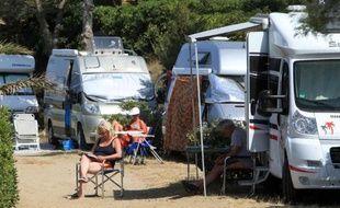 Vacanciers installés devant leur camping-car, le 21 juin 2014 à Argeles-sur-mer dans le sud de la France