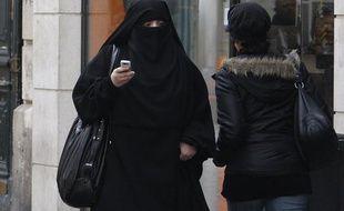 Une femme portant le voile intégral, le niqab, dans la rue à Sain-Denis, le 2 avril 2010.