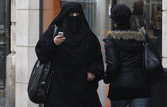 e260ac2b05 648x415 femme-portant-voile-integral-niqab-rue-sain-denis-2-avril-2010.jpg