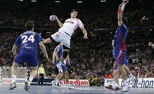 Tonci Valcic s'envole pour tenter de marquer lors du match entre la France et la Croatie pendant les mondiaux de handball de janvier 2009.