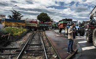 Des agriculteurs bloquaient depuis lundi les accès au port Edouard-Herriot à Lyon. AFP PHOTO / JEAN-PHILIPPE KSIAZEK