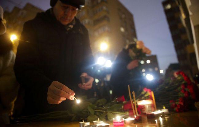 Des Moscovites rendent hommage aux 92 victimes du crash d'un avion militaire le 25 décembre 2016.