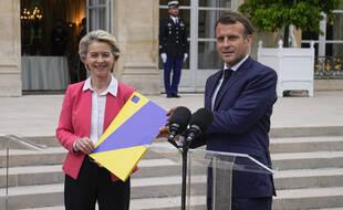 La présidente de la Commission européenne Ursula von der Leyen brandit le plan de relance pour la France validé au côté du président français Emmanuel Macron avant le sommet européen à l'Elysée à Paris, le mercredi 23 juin 2021.